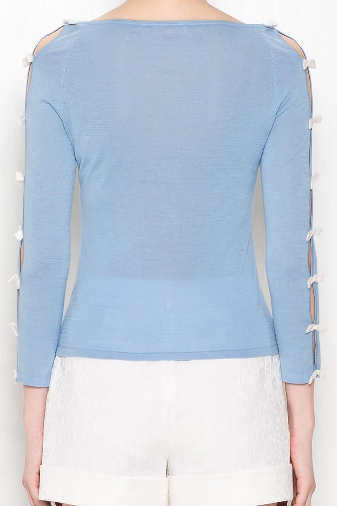 款号:SC8K401BIKT001 此款针织衫用丝绵混纺纱线打造,质感轻薄,手感更为舒爽顺滑;一字领与直身剪裁,更适合日常穿着;袖侧面的开叉处理,并由撞色的蝴蝶结逐一固定,运用甜美镂空打造出猫咪般的性感。